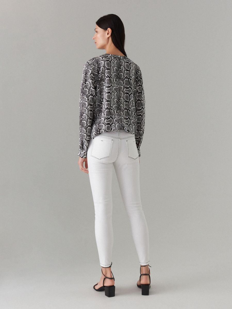 Skinny džinsa bikses ar kontrastējošām vīlēm  - balts - VJ191-00J - Mohito - 4