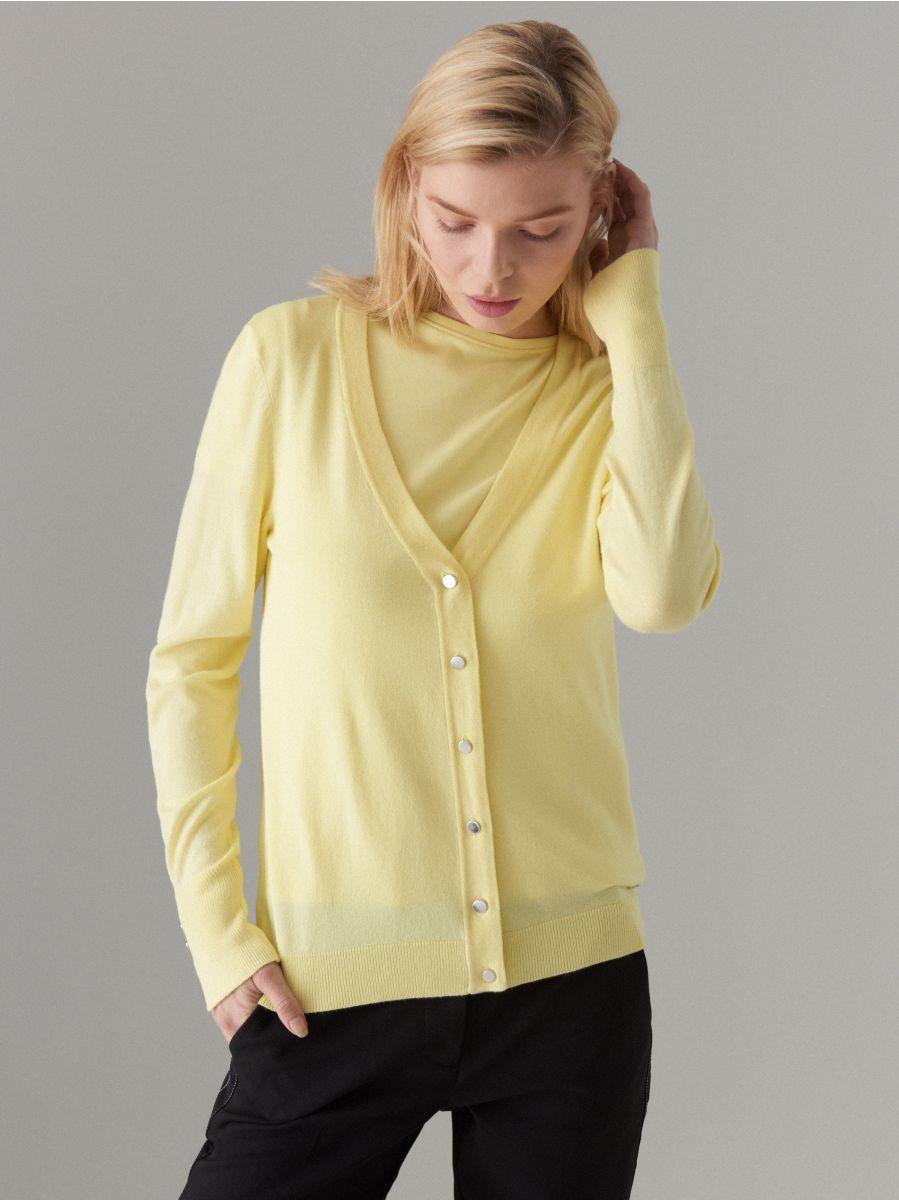 Pieguļošs džemperis ar pogu aizdari - dzeltens - VL226-10X - Mohito - 1