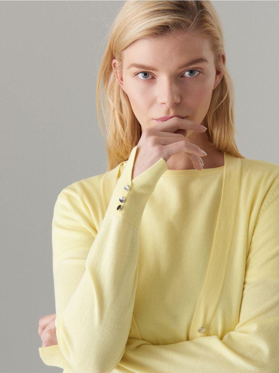 Pieguļošs džemperis ar pogu aizdari - dzeltens - VL226-10X - Mohito - 2