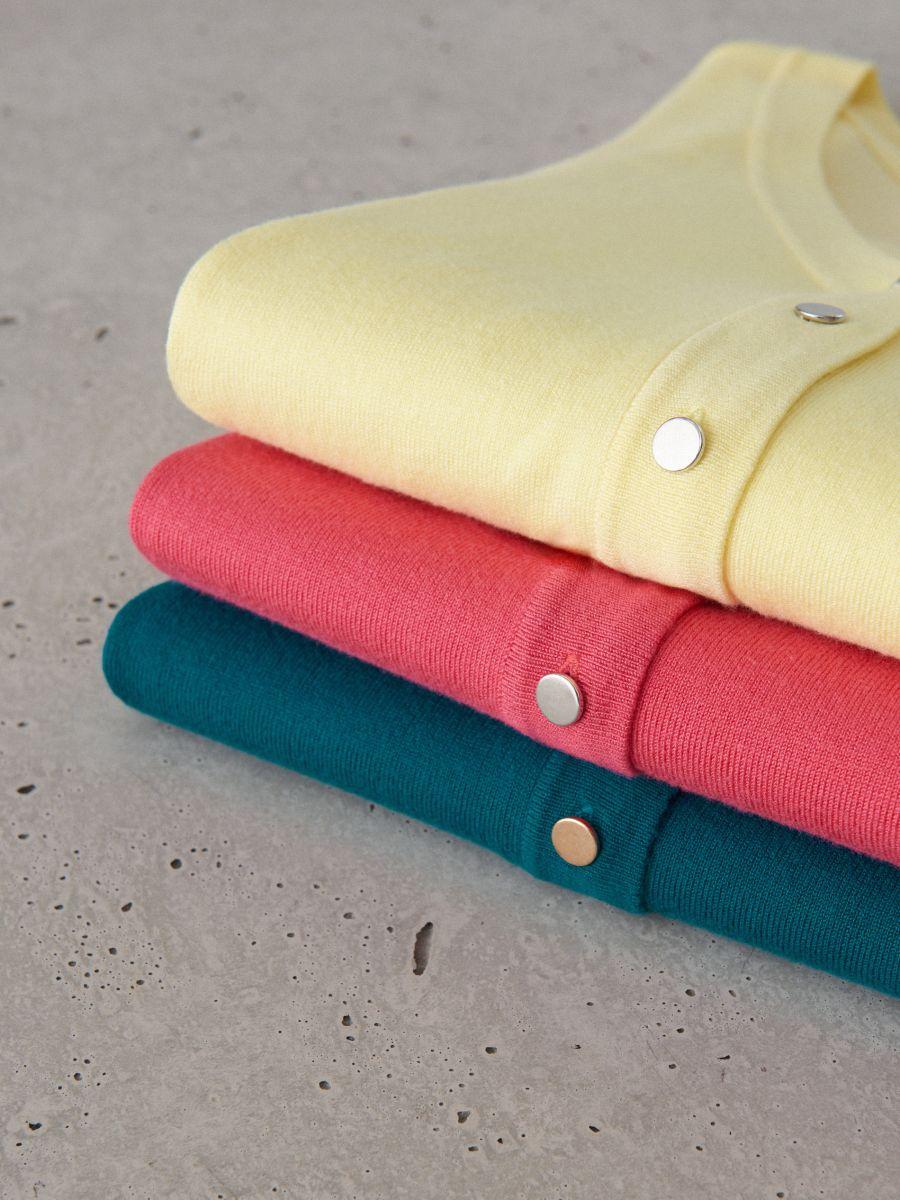 Pieguļošs džemperis ar pogu aizdari - dzeltens - VL226-10X - Mohito - 4