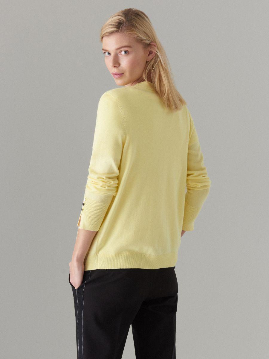Pieguļošs džemperis ar pogu aizdari - dzeltens - VL226-10X - Mohito - 5