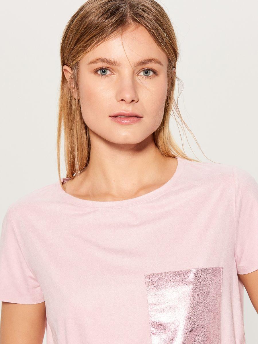 T-krekls ar mirdzošu kabatu - rozā - VN987-39X - Mohito - 2