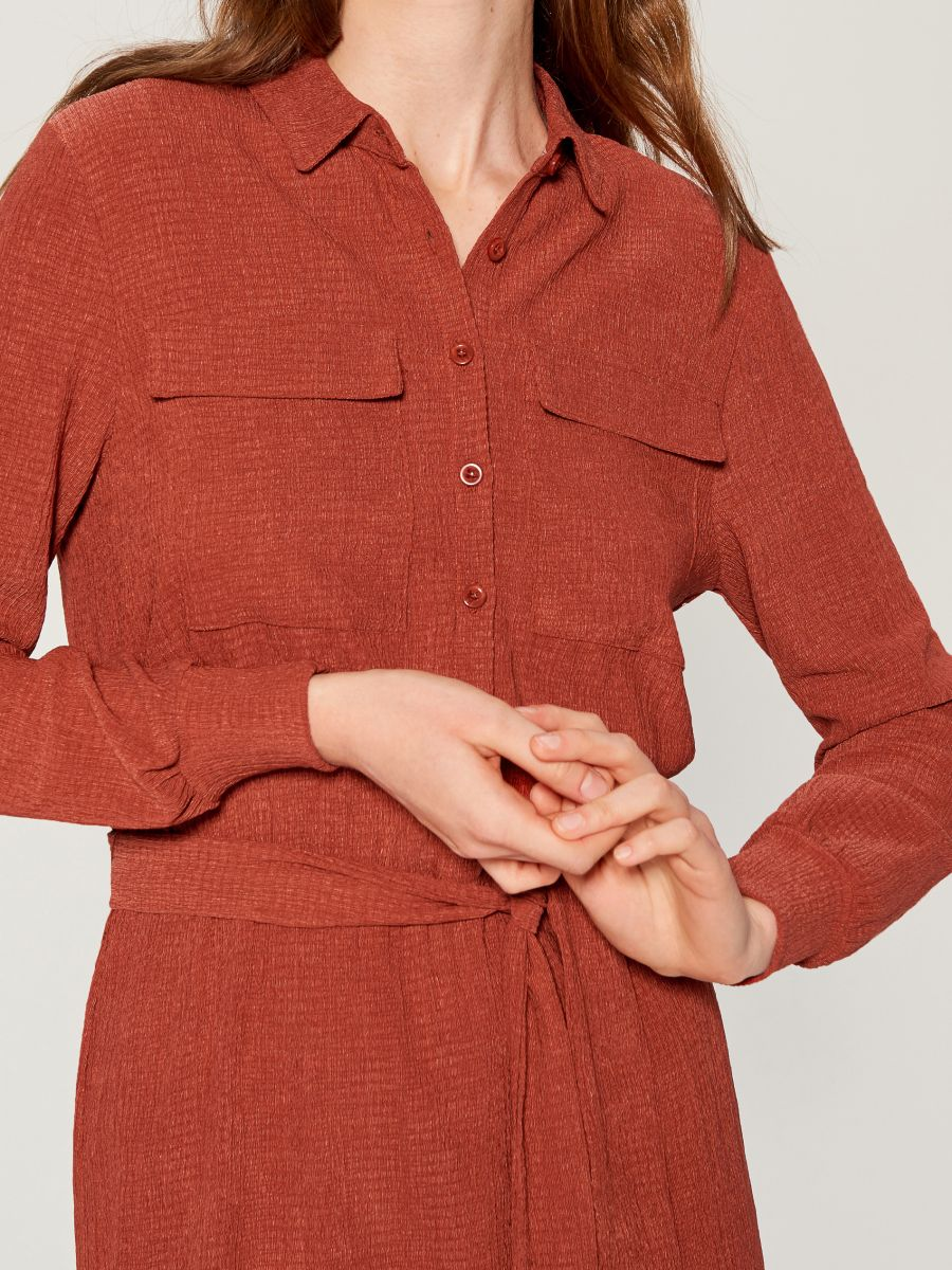 Shirt dress with tie waist - burgundy - VU648-83X - Mohito - 4