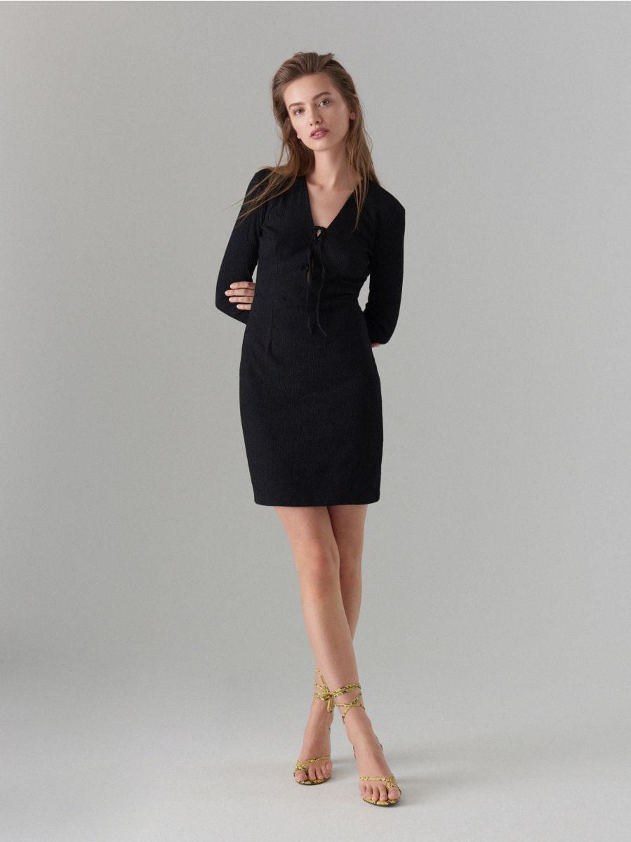 Pieguloša kleita ar sasienamu elementu kakla izgriezuma daļā  - melns - WK900-99X - Mohito - 1
