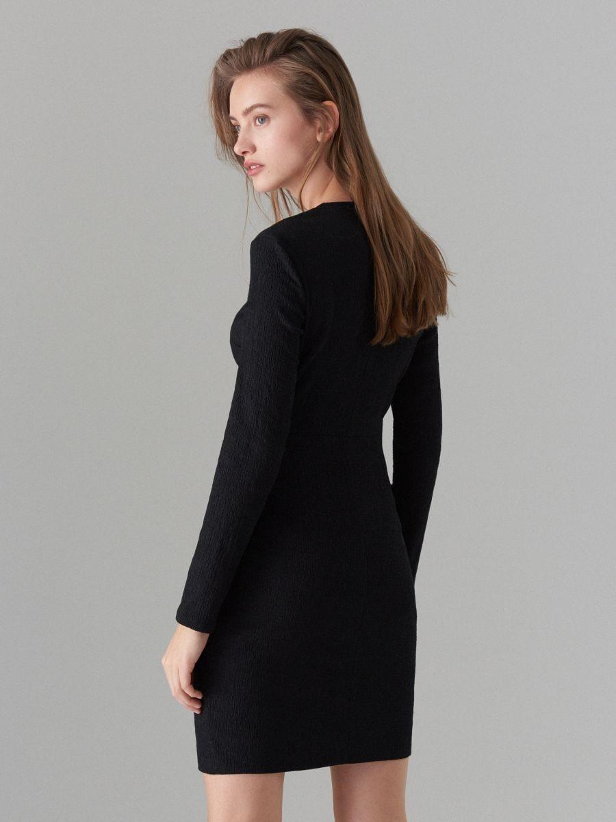 Pieguloša kleita ar sasienamu elementu kakla izgriezuma daļā  - melns - WK900-99X - Mohito - 4
