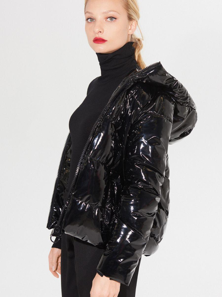 lakierowana kurtka zimowa z kapturem
