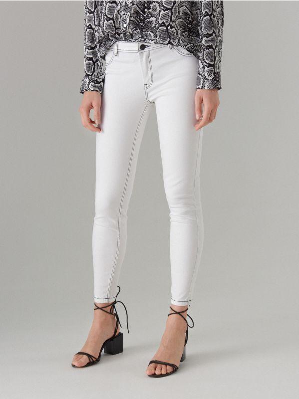 Skinny džinsa bikses ar kontrastējošām vīlēm  - balts - VJ191-00J - Mohito - 2