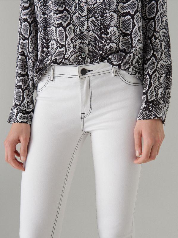 Skinny džinsa bikses ar kontrastējošām vīlēm  - balts - VJ191-00J - Mohito - 3
