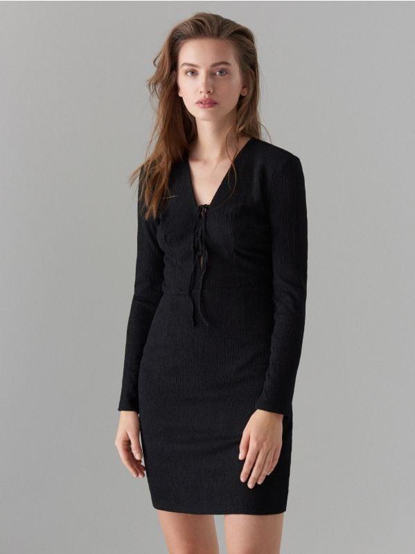 Pieguloša kleita ar sasienamu elementu kakla izgriezuma daļā  - melns - WK900-99X - Mohito - 3