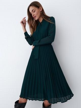 Plisowana sukienka w kolorze ciemnozielonym