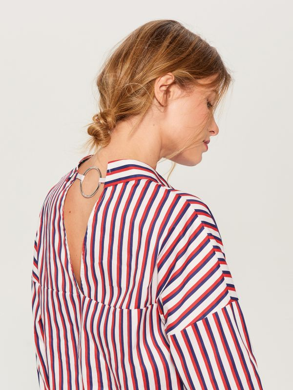Oversized shirt with V back - red - VN055-33P - Mohito - 2